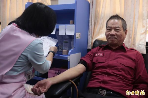 宜蘭縣政府消防局辦理「熱血消防節,一同來捐血」活動,議長陳文昌(右)也來共襄盛舉。(記者林敬倫攝)