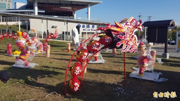 苗栗火車站西站出入口已建置有龍形立體裝置藝術。(記者彭健禮攝)