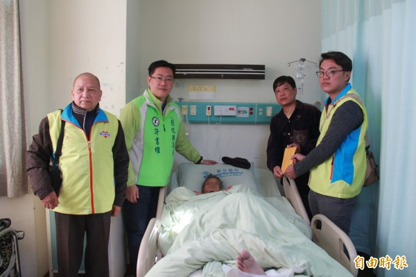 劉松山入住彰化醫院後,院方啟動安寧機制,田中慈心會也前來致贈慰問金給家屬。(記者陳冠備攝)
