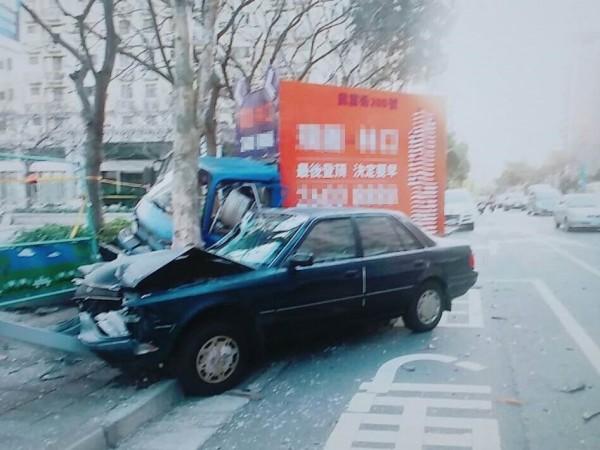 林口文化三路今天下午有轎車閃車失控,撞到路邊小貨車。(記者王宣晴翻攝)