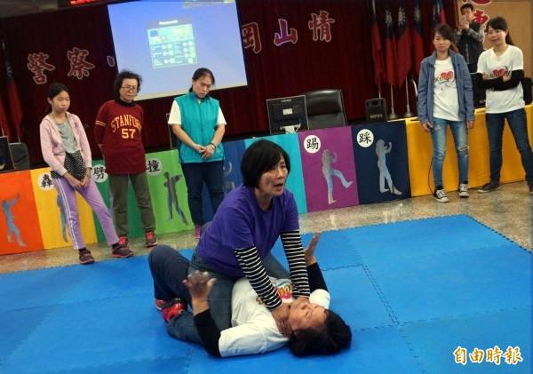 洪美連教官教練女子防身術,傳授人體十大要害攻擊要領,許多學員相當認真,表示很實用。(記者黃良傑攝)