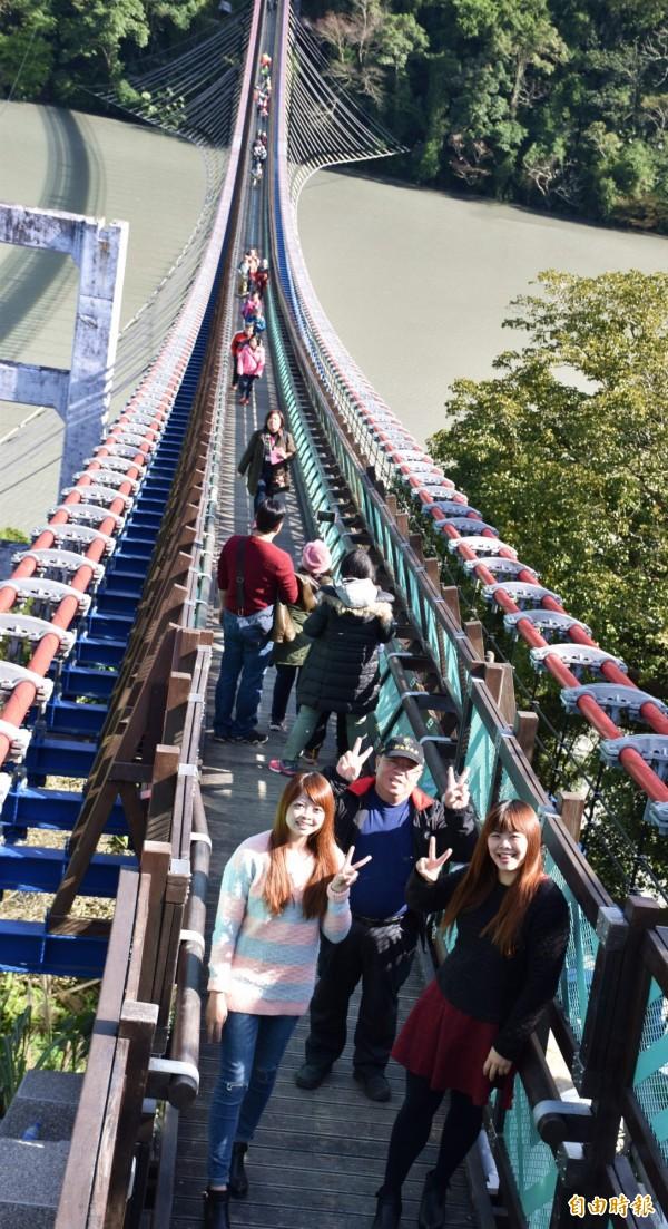全台最長懸索橋「新溪口吊橋」今天啟用,長達303公尺,湖光水色盡收眼底,單日限額2800人次登橋,下午3點就達標!(記者李容萍攝)