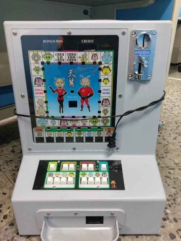 民宿自製的獎品兌換機,上面的圖案是民宿的吉祥物。(記者王捷翻攝)