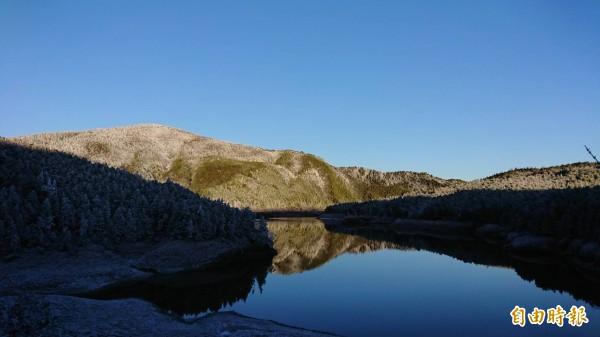 太平山今天見晴,暖陽灑落在翠峰湖畔,配上霧淞美景,宛如在藍寶石上鑲碎鑽。(太平山莊提供)