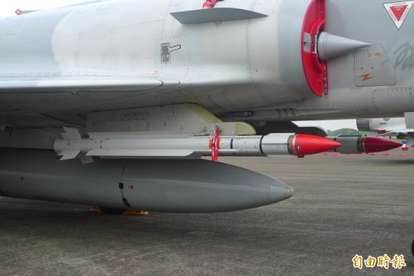 紅色彈頭的就是雲母中程空對空飛彈。(記者羅添斌攝)