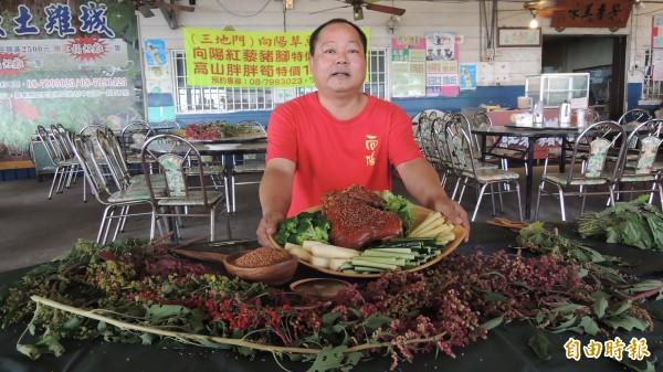 吳家輪將紅藜與豬腳加以融合料理。(記者羅欣貞攝)