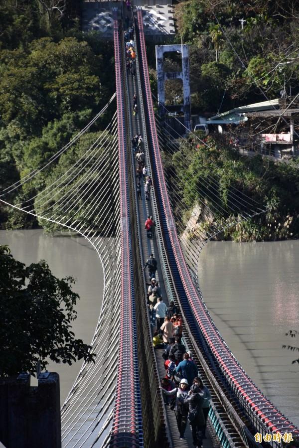 「新溪口吊橋」營運第二天吸引逾2500人次登橋。(記者李容萍攝)
