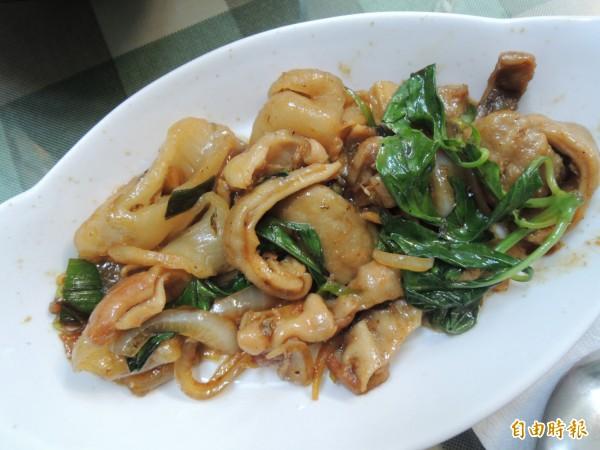 熱炒海魚肚會讓消費者忍不住一口接一口吃。(記者周敏鴻攝)