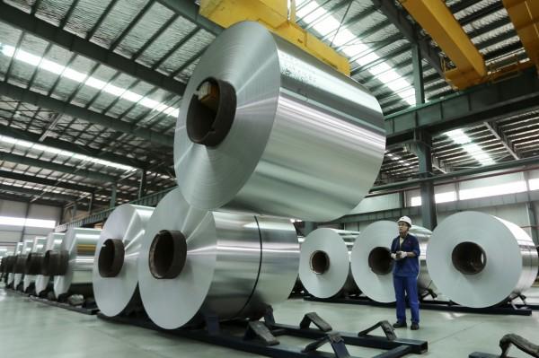 美國「外交關係委員會」(CFR)研究員史泰爾和羅卡表示,中國仍向績效不佳企業放款,使該國正向債務危機邁進。圖為安徽省遂溪縣的一家鋁工廠。(圖/美聯社)