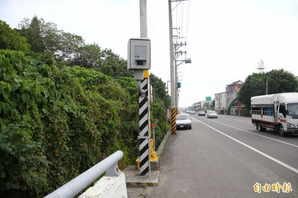 嘉義縣縣道159線新港鄉南壇段水月橋處去年開出6090件罰單。(記者林宜樟攝)