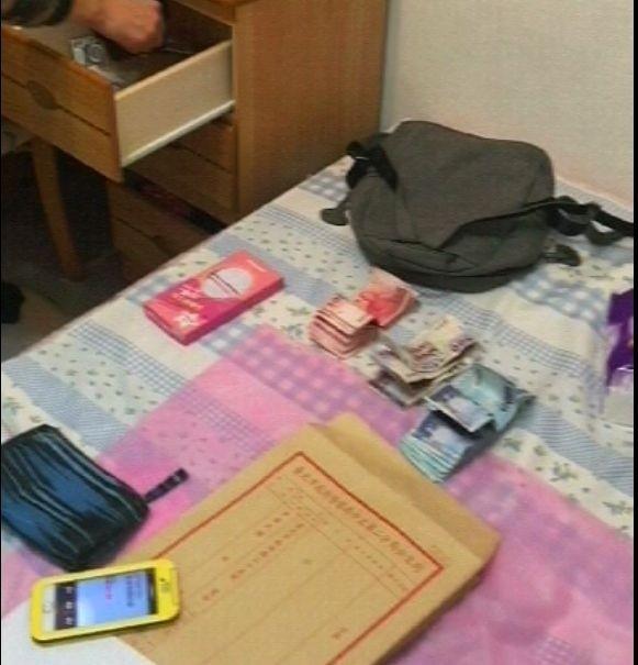 警方查獲帳冊與賣淫所得。(記者王冠仁翻攝)