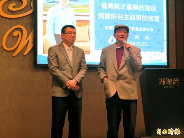 前國防部長蔡明憲(右)邀請漢翔公司董事長廖榮鑫(左)進行專題演講。(記者張菁雅攝)