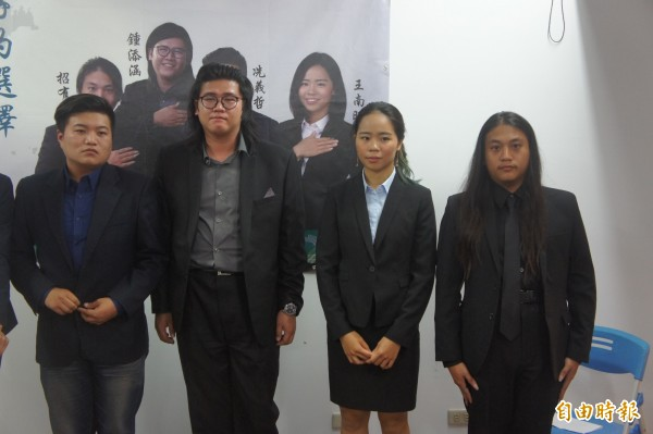 澎湖青年陣線率先宣布投入年底選舉,由冼義哲〈左〉領軍投入縣議員及市代表選舉。(記者劉禹慶攝)