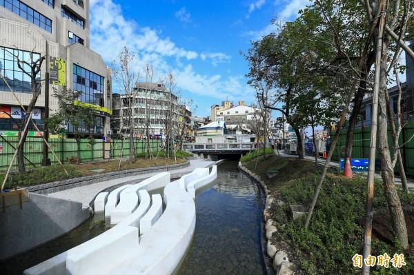 市府推動「新盛綠川廊道計畫」,景觀環境營造工程預計農曆春節前完工開放。(記者黃鐘山攝)