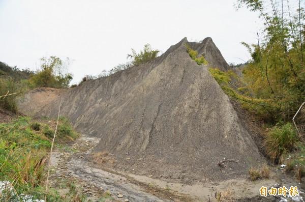 現場的這座泥岩山丘已被開挖。(記者吳俊鋒攝)