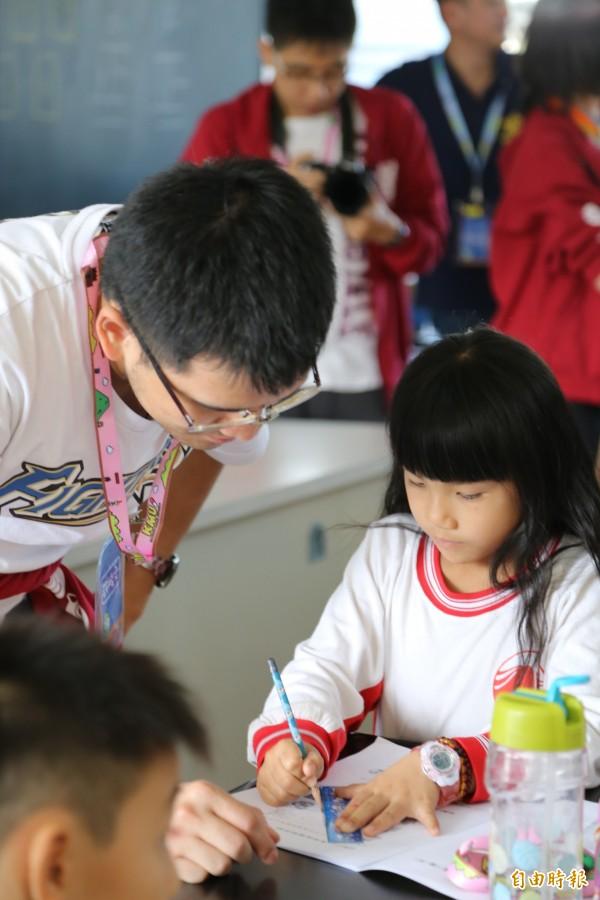 高醫後醫系團隊到赤山國小,教小學生使用AD8量表,希望預防醫學觀念在地方發芽。(記者邱芷柔攝)