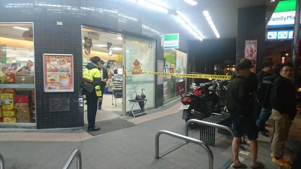 遭警匪槍戰波及的超商,被打破2塊玻璃及咖啡機,店員當時剛好去上廁所,幸運躲過一劫。(記者陳恩惠翻攝)