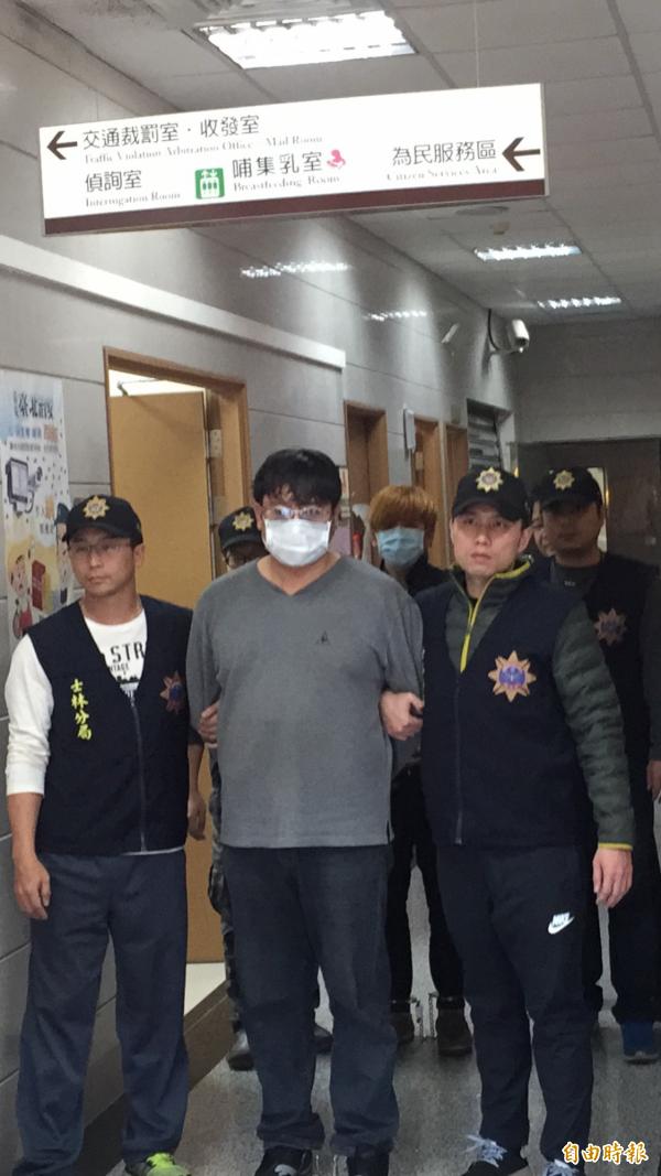 警方將開槍的41歲江志榮(前)及32歲陳志緯(金髮者)依毒品、槍砲及殺人未遂送辦。(記者陳恩惠攝)