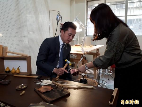 新竹市長林智堅逐間參觀年輕朋友的創意與想法,對年輕人勇於創業、創新給予肯定。(記者洪美秀攝)