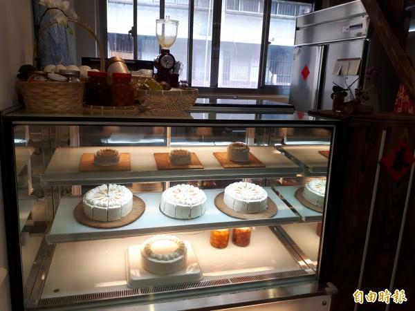 東門市場3樓的東門青年基地,創業範圍涵蓋文創商品、設計、飲食,金屬工藝、瓦楞紙工藝、藍染、園藝綠化、甜點、羅莉塔服裝及球體關節人形等。(記者洪美秀攝)