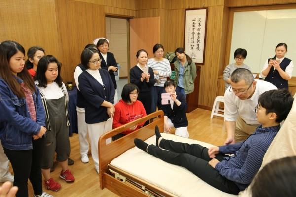 花蓮慈濟醫院邀請日本亞洲動作資源普及研究所長印南裕之,與院內護理師分享為行動不便及長期臥床的年長者平時在照顧方法。(花蓮慈濟醫院提供)