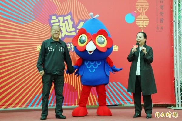 嘉義縣長張花冠(右)與縣議長張明達(左)一同發表吉祥物「嘉一郎」。(記者林宜樟攝)