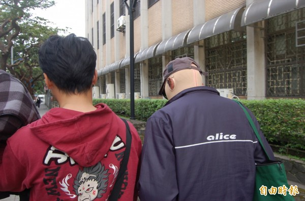 縱火案兇嫌翁仁賢的四哥翁仁平(右),在該案中受傷,今穿著壓力衣出庭,庭後婉拒受訪。(記者楊國文攝)