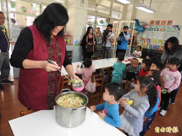 埔里鎮立幼兒園165位學童成為免費營養午餐首批受惠者。(記者佟振國攝)