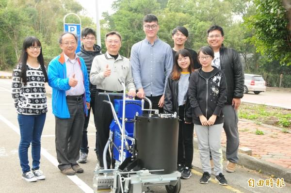 靜宜大學應化系研發廢輪胎轉化道路標線材料。(記者張軒哲攝)