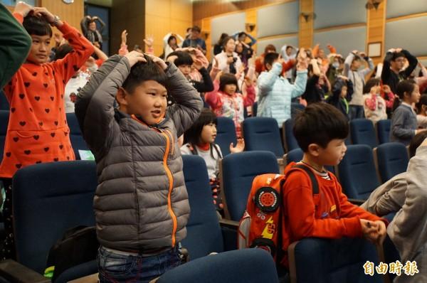 小朋友跟著小乾坤人偶大跳「小乾坤動動操」帶動唱。(記者詹士弘攝)