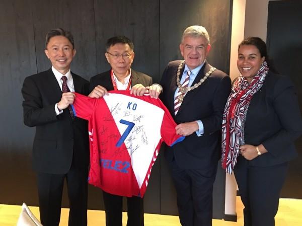 柯市長觀賞足球賽,烏特勒支市長(右二)致贈7號球衣。(圖由駐荷蘭代表處提供)