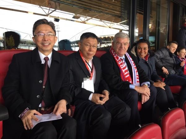 台北市長柯文哲下午欣賞荷蘭甲級足球聯賽(Utrecht v.s. Ajax)。(圖由駐荷蘭代表處提供)