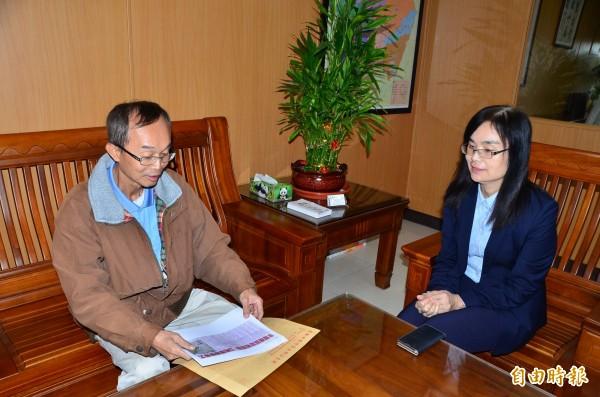 牛埔里長陳永和(左)到公所辦理請辭,區長蕭琇華予以勸說。(記者吳俊鋒攝)