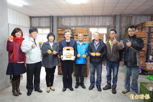 副總統陳建仁、副市長林依瑩為東勢明正里茂谷柑代言。(記者歐素美攝)