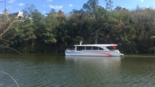 新竹縣觀光勝地峨眉湖引進太陽能遊艇,開始推廣水上觀光活動。(圖由峨眉鄉公所提供)