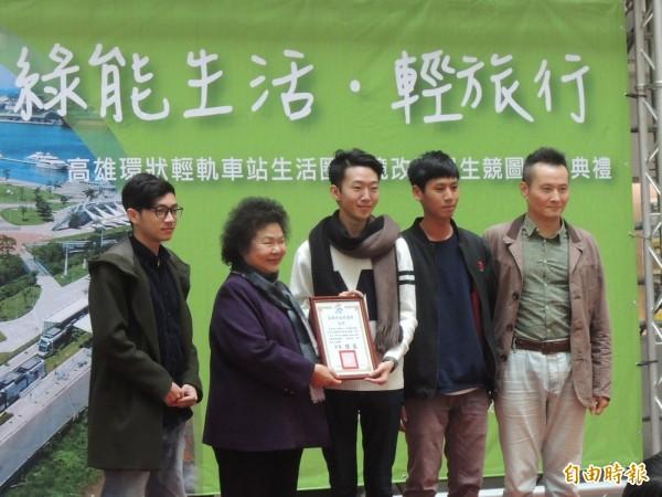 高市捷運局今舉辦「輕軌車站生活圈環境改造學生競圖」頒獎典禮(記者王榮祥攝)