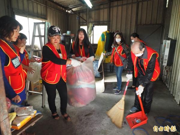 華山基金會義工們幫忙布農獨老胡勝濟整理住家。(記者王秀亭攝)