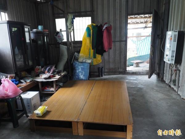 胡勝濟就住在狹小的鐵皮屋哩,吃飯、睡覺、洗澡都在同一空間裡。(記者王秀亭攝)