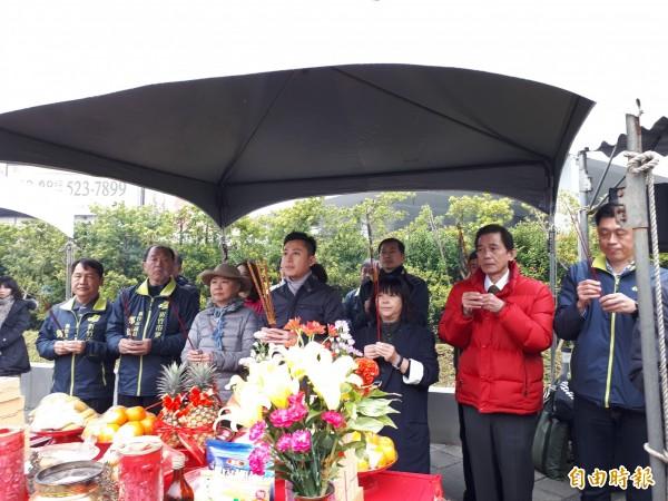 新竹市政府在高速公路交流道附近舉行新入口意象的公共藝術裝置動工典禮,將以「如風的行板」表達竹市科技感,預計6月底完工。(記者洪美秀攝)