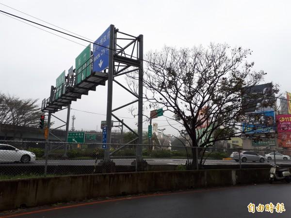 新竹市府將在公道五路及光復路兩處高速公路交流道匝道口打造新公共藝術裝置。(記者洪美秀攝)