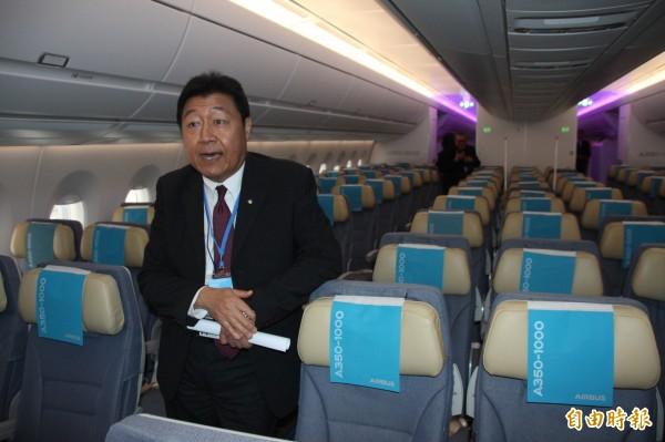 空中巴士A350-1000型號飛機首度來台亮相,為巡迴世界第五站。華航資深副總張志潔介紹機上配置。(記者陳宜加攝)