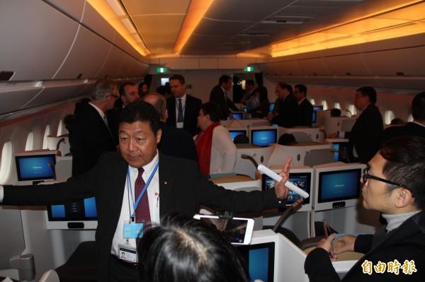 空中巴士A350-1000型號飛機首度來台亮相,為巡迴世界第五站,華航相關主管也受邀上機體驗。(記者陳宜加攝)