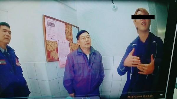 林男(右)向警方解釋。(記者黃旭磊翻攝)