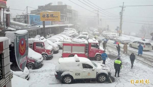 2年前霸王級寒流過境,復興區拉拉山降下大雪,成了一片銀色世界。(資料照)