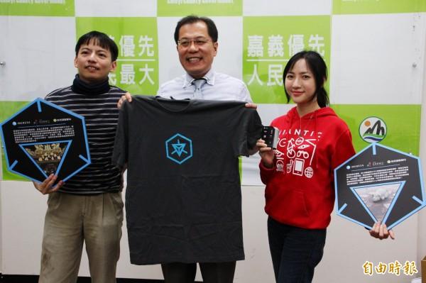 嘉義縣副縣長吳芳銘歡迎Ingress玩家來台灣燈會解任務。(記者林宜樟攝)