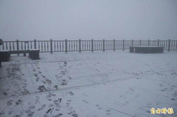 宜蘭縣太平山國家森林遊樂區今天清晨降下今年第3波瑞雪,變成銀白世界。(記者林敬倫攝)