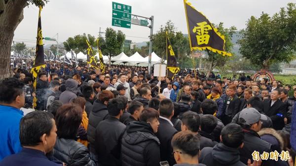 竹聯幫雷堂前堂主涂讓麟告別式,約有近千人到場弔謁。(記者彭健禮攝)