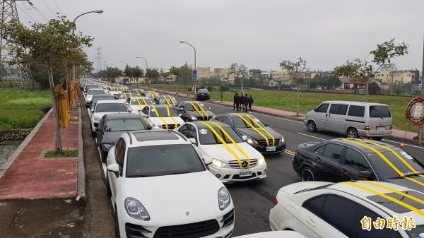家屬安排總價值超過2億元的雙B車隊,替涂讓麟風光送行。(記者彭健禮攝)