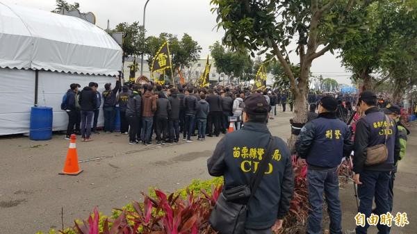 警方調派重兵到場蒐證、監控。(記者彭健禮攝)