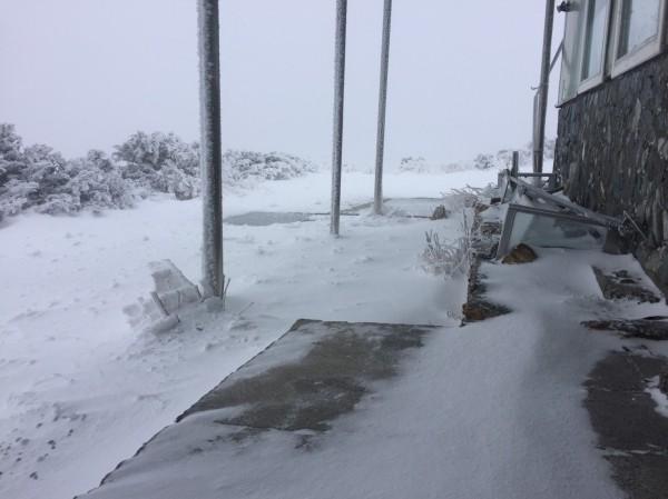 玉山積雪約8.9公分,一片銀白世界。(氣象局提供)